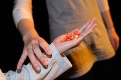 Το κορίτσι απαγορεύει τη στάση χρησιμοποιώντας το φάρμακο στοκ εικόνα