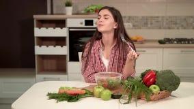 Το κορίτσι απολαμβάνει την υγιή μικτή σαλάτα απόθεμα βίντεο