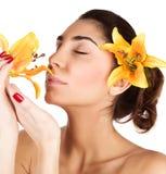 Το κορίτσι απολαμβάνει τη μυρωδιά λουλουδιών κρίνων Στοκ φωτογραφίες με δικαίωμα ελεύθερης χρήσης
