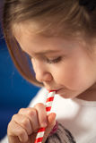 Το κορίτσι απολαμβάνει στην κατανάλωση του χυμού από πορτοκάλι στοκ φωτογραφίες με δικαίωμα ελεύθερης χρήσης