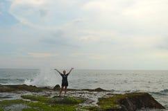 Το κορίτσι απολαμβάνει τα κύματα στοκ εικόνα με δικαίωμα ελεύθερης χρήσης