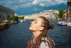 Το κορίτσι απολαμβάνει του ήλιου Στοκ εικόνα με δικαίωμα ελεύθερης χρήσης