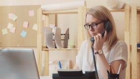 Το κορίτσι από το τηλεφωνικό κέντρο μιλά στον πελάτη στο τηλέφωνο και καταγράφει συγχρόνως τις πληροφορίες, έπειτα απόθεμα βίντεο