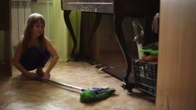 Το κορίτσι αρνείται να βοηθήσει τους γονείς για να κάνει τα οικιακά απόθεμα βίντεο