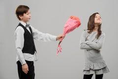 Το κορίτσι αρνείται να λάβει τα λουλούδια στοκ εικόνες