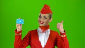 Το κορίτσι αυξάνει μια κάρτα και παρουσιάζει ένα δάχτυλο πράσινη οθόνη απόθεμα βίντεο