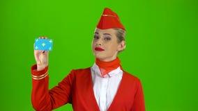 Το κορίτσι αυξάνει μια κάρτα και παρουσιάζει okey πράσινη οθόνη απόθεμα βίντεο