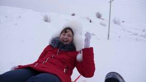 Το κορίτσι αφόρησε το χιόνι και τα γέλια Διασκέδαση παιδιών με τα έλκηθρα Χριστούγεννα φιλμ μικρού μήκους