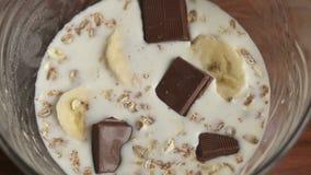 Το κορίτσι βάζει ένα πιάτο oatmeal των τσιπ σοκολάτας απόθεμα βίντεο