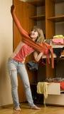 Το κορίτσι βάζει στο πορτοκαλί πουλόβερ Στοκ Φωτογραφίες