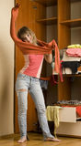 Το κορίτσι βάζει στο πουλόβερ βαμβακιού Στοκ φωτογραφίες με δικαίωμα ελεύθερης χρήσης