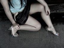 το κορίτσι βάζει τακούνια miniskirt Στοκ φωτογραφία με δικαίωμα ελεύθερης χρήσης