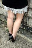 το κορίτσι βάζει τακούνια στοκ φωτογραφία με δικαίωμα ελεύθερης χρήσης