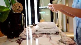 Το κορίτσι βάζει την πετσέτα στο δωμάτιο ξενοδοχείου απόθεμα βίντεο