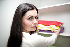 Το κορίτσι βάζει τις πετσέτες Στοκ Εικόνα