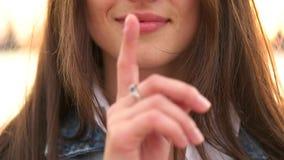 Το κορίτσι βάζει το δάχτυλο στο χείλι απόθεμα βίντεο
