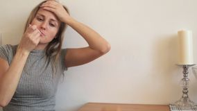 Το κορίτσι βήχει και μετρά τη θερμοκρασία απόθεμα βίντεο
