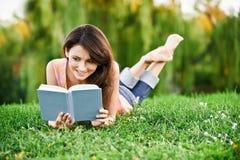το κορίτσι βιβλίων διαβάζ&e στοκ εικόνα με δικαίωμα ελεύθερης χρήσης