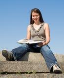 το κορίτσι βιβλίων διαβάζ&e Στοκ εικόνες με δικαίωμα ελεύθερης χρήσης
