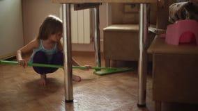 Το κορίτσι βοηθά τους γονείς για να κάνει τα οικιακά απόθεμα βίντεο