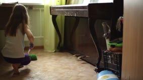 Το κορίτσι βοηθά τους γονείς για να κάνει τα οικιακά φιλμ μικρού μήκους