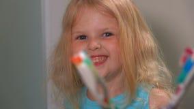 Το κορίτσι βούρτσισε τα δόντια και τα χαμόγελά της απόθεμα βίντεο
