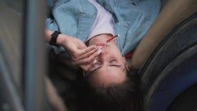 Το κορίτσι βρίσκεται στο αυτοκίνητο απόθεμα βίντεο