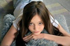 Το κορίτσι βρίσκεται στο πάτωμα στοκ φωτογραφία με δικαίωμα ελεύθερης χρήσης
