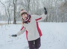 Το κορίτσι γελά και χαίρεται για το χειμερινό πάρκο Στοκ Φωτογραφία