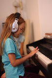 Το κορίτσι για ένα πιάνο Στοκ Φωτογραφία