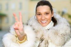 το κορίτσι γουνών παλτών εμφανίζει νίκη Στοκ φωτογραφίες με δικαίωμα ελεύθερης χρήσης