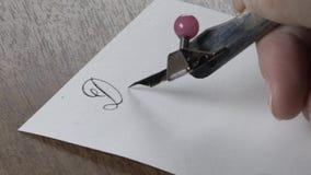 Το κορίτσι γράφει με μια μάνδρα απόθεμα βίντεο