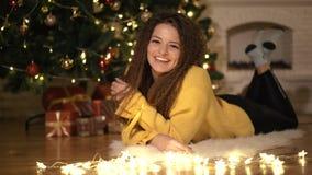 Το κορίτσι γράφει μια επιστολή σε Άγιο Βασίλη, στο υπόβαθρο του χριστουγεννιάτικου δέντρου απόθεμα βίντεο