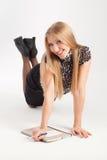 Το κορίτσι γράφει σε ένα σημειωματάριο Στοκ Εικόνες