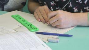 Το κορίτσι γράφει στο copybook στο μάθημα απόθεμα βίντεο