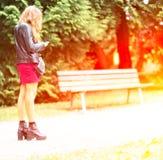 Το κορίτσι γράφει SMS στο τηλέφωνο Στοκ Εικόνα