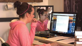 Το κορίτσι γυμνασίου κολλεγίου συλλογίζεται διαβάζει τη οθόνη υπολογιστή απόθεμα βίντεο