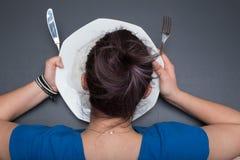 Το κορίτσι γλείφει το πιάτο Στοκ Φωτογραφίες