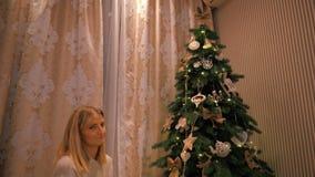 Το κορίτσι δίνει στη φίλη του ένα νέο δώρο έτους κάτω από το δέντρο κίνηση αργή απόθεμα βίντεο
