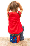 το κορίτσι δίνει το πλαστ στοκ φωτογραφία με δικαίωμα ελεύθερης χρήσης