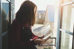Το κορίτσι διαβάζει ένα βιβλίο στοκ εικόνα