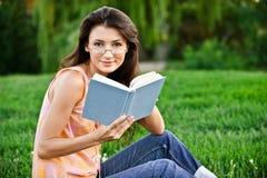 το κορίτσι διαβάζει το ε Στοκ Εικόνες