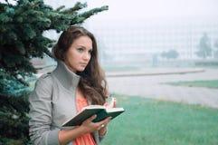 το κορίτσι διαβάζει Στοκ φωτογραφίες με δικαίωμα ελεύθερης χρήσης
