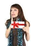 Το κορίτσι διακοπών κρατά έναν άσπρο φάκελο και τα όνειρα στοκ εικόνα