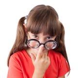 Το κορίτσι διορθώνει τα γυαλιά στη μύτη του στοκ εικόνα με δικαίωμα ελεύθερης χρήσης