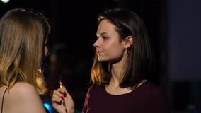 Το κορίτσι διορθώνει makeup τη φίλη φιλμ μικρού μήκους