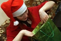 το κορίτσι δώρων κοιτάζει στοκ φωτογραφίες