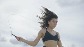Το κορίτσι είναι εκσκαφέας πηδώντας το πρωί φιλμ μικρού μήκους
