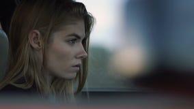 Το κορίτσι είναι λυπημένο για την οδήγηση ενός αυτοκινήτου, ένα πρότυπο ενός hipster στο αυτοκίνητο, μελαγχολία φιλμ μικρού μήκους