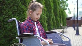 Το κορίτσι είναι με ειδικές ανάγκες άτομο σε μια αναπηρική καρέκλα είναι λυπημένο φιλμ μικρού μήκους
